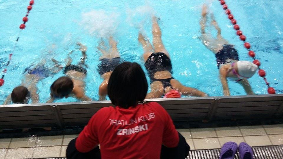 djeca u bazenu